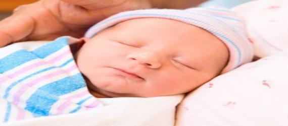 سایر علل بیقراری نوزادان  ممکن است در صورت عدم تشخیص بموقع سبب ترک تدریجی سینه مادر توسط شیر خوار گردد یا به اصطلاح کودک با مادر قهر کند . یکی دیگر از علل شایع بیقراری غیر عادی وشدید در شیرخواران ریفلاکس یا برگشت اسید معده به مری یا به زبان ساده تر ترش کردن شیرخوار میباشد که اغلب مانند مورد عدم تحمل لاکتوز سبب بیقراری همیشگی نوزاد همراه با حالت هایی نظیر استفراغ های جهنده از دهان و بینی ، جویدن زبان ، خروج کف از دهان ، به عقب انداختن سر وگردن وسرفه های مکرر همراه با حملات خفگی در نوزاد میگردد که در اکثر موا